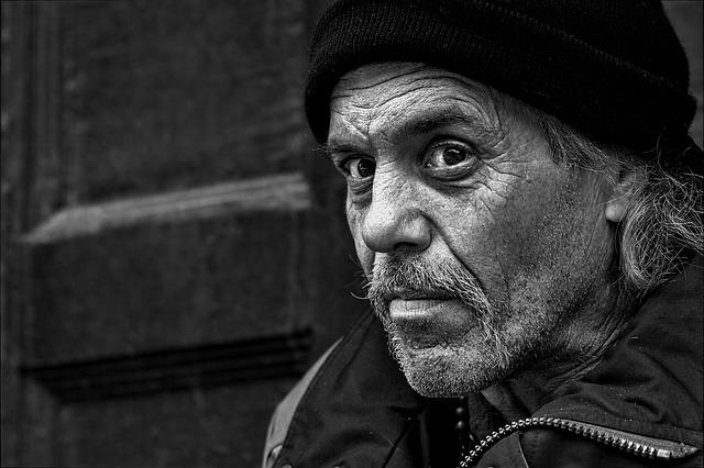 starý muž na ulici