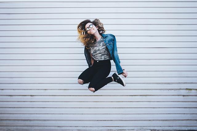 dívka ve výskoku