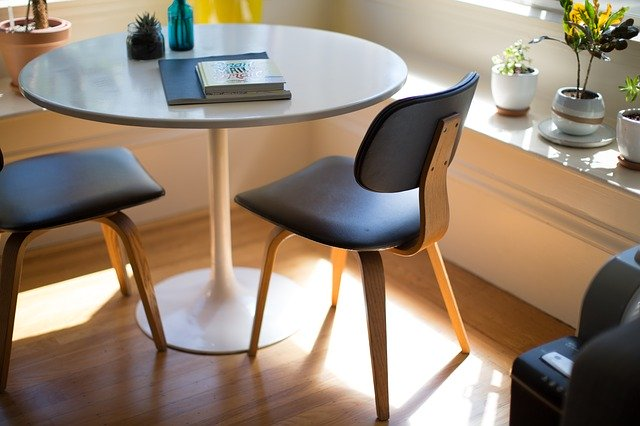 židle v kombinaci se dřevem
