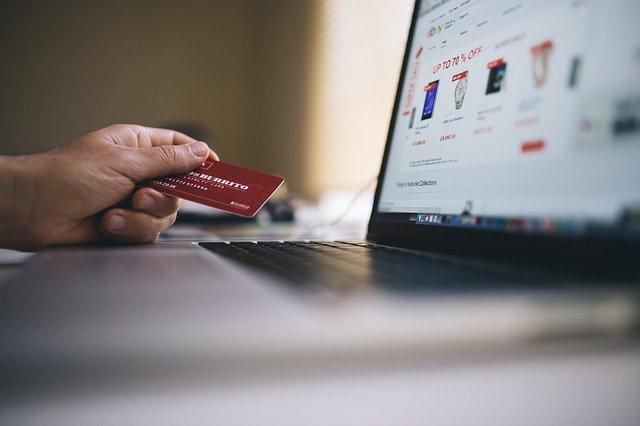 platební karta u notebooku